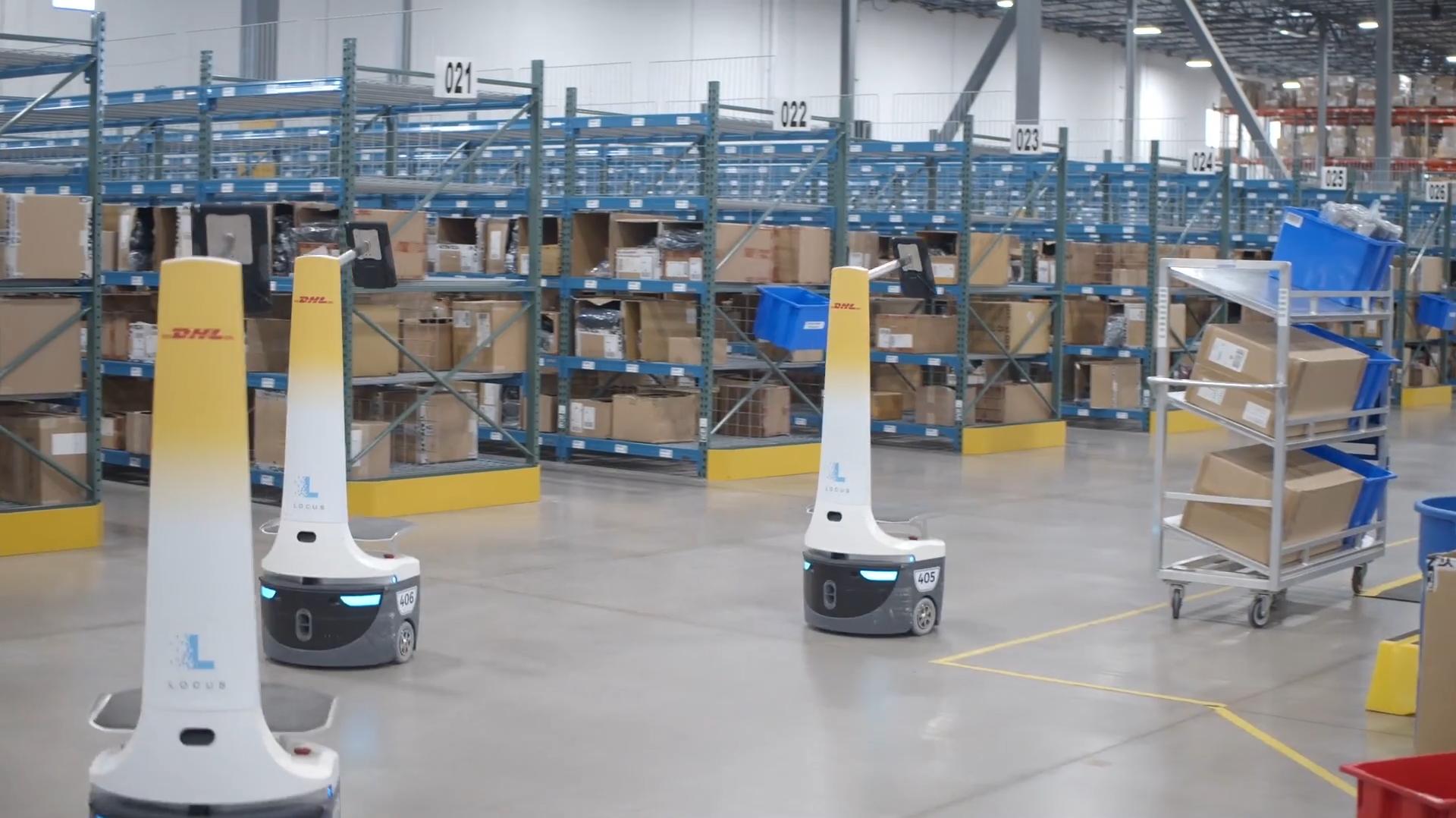 DHL仓库里运行的Locus Robotics机器人